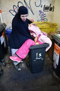 زن مسلمان و زباله در لاستیک