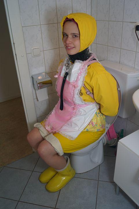 Windelnutte im Friesennerz - maids in plastic clothes
