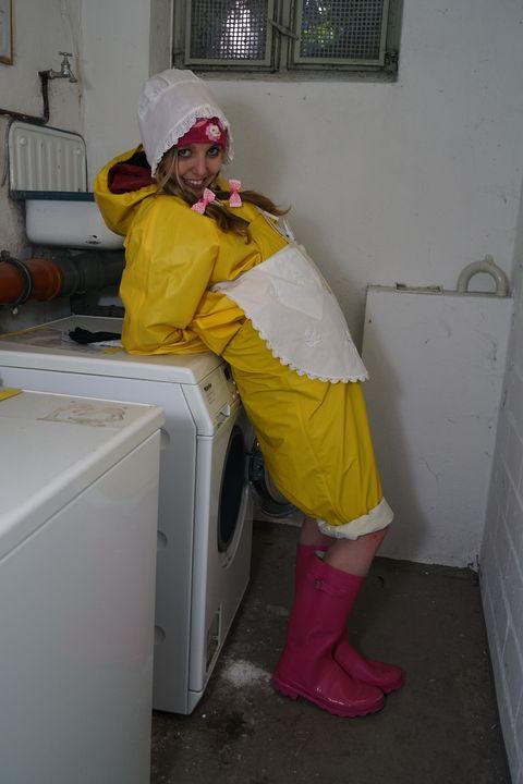 黄色のゴム服を着たゴム娼婦 - maids in plastic clothes