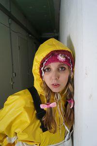 노란 고무 옷에 고무 창녀