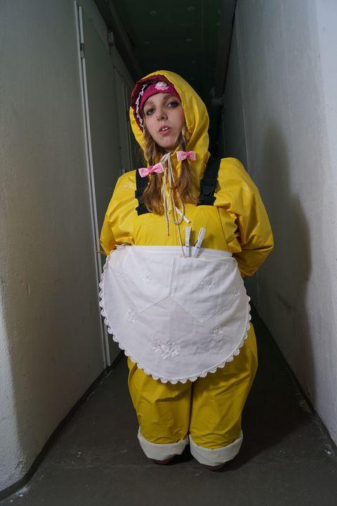 Nutte Latrinia im Friesennerz - maids in plastic clothes