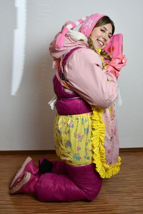 خادمة سعيدة - maids in plastic clothes