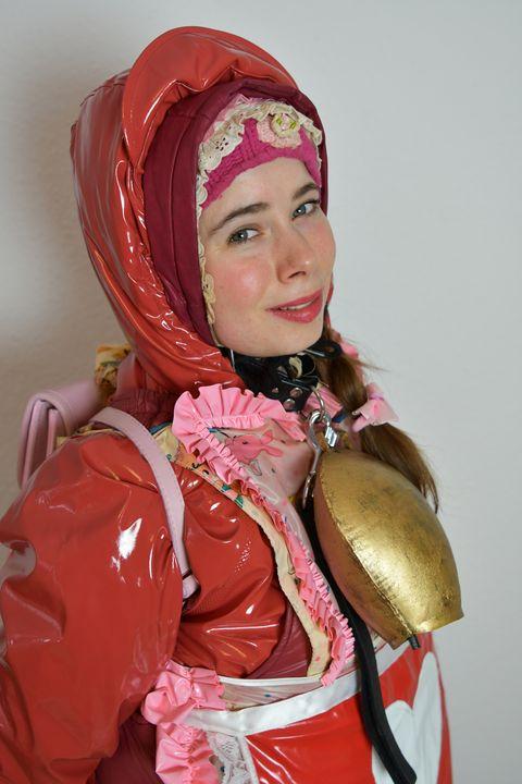 Dhimmi'nin tatlı domuz yanakları var - maids in plastic clothes