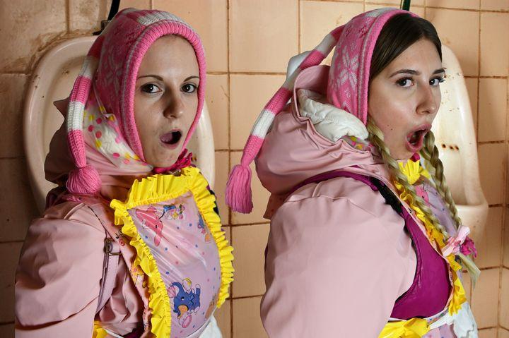 Was für süße Dhimmi Dienstmädchen! - maids in plastic clothes