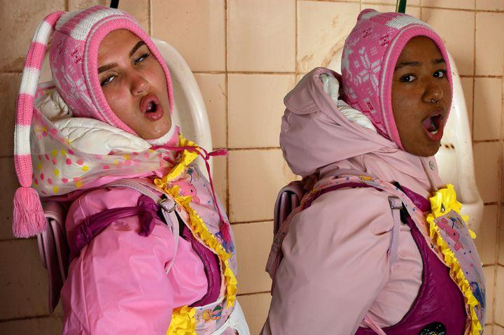 2人の完璧に訓練されたドイツのメイド! - maids in plastic clothes