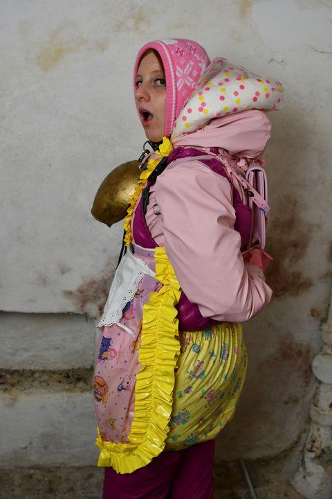 خدمة فتاة ألمانية للمسلمين فقط - maids in plastic clothes