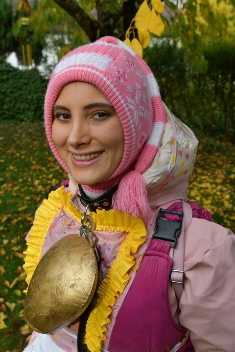 Zecke am Hals im gummierten Herbst - maids in plastic clothes