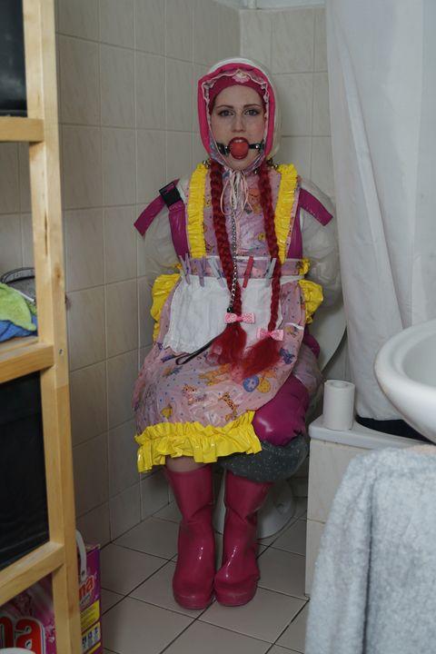 イスラム教徒専用のドイツのサービスガール - maids in plastic clothes
