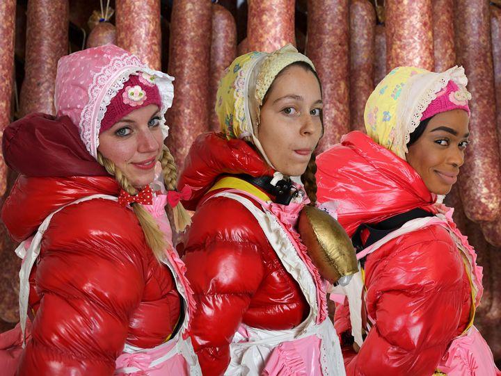 ゴム包装の汗まみれのソーセージ - maids in plastic clothes