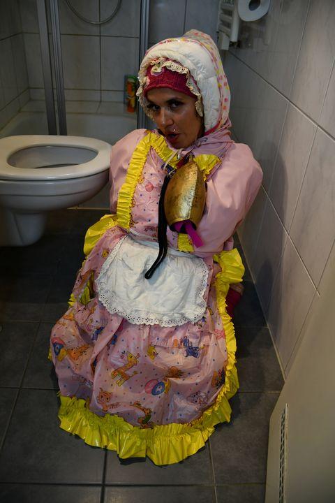 독일어 화장실 소녀 - maids in plastic clothes