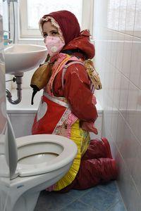 Резинэн бурка өмссөн Герман охин
