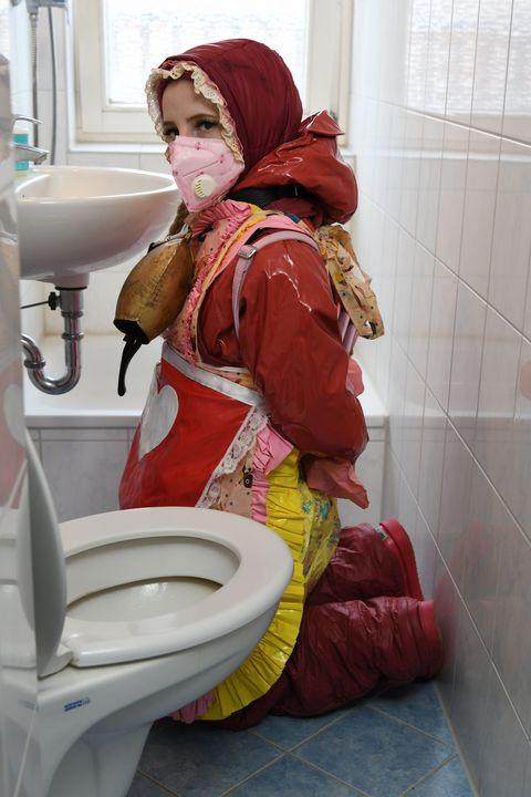 Резинэн бурка өмссөн Герман охин - maids in plastic clothes
