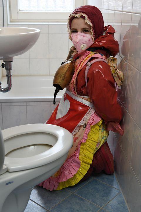 Fille allemande en burqa caoutchouc - maids in plastic clothes