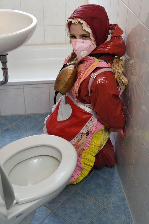 Garota alemã em burca de borracha - maids in plastic clothes
