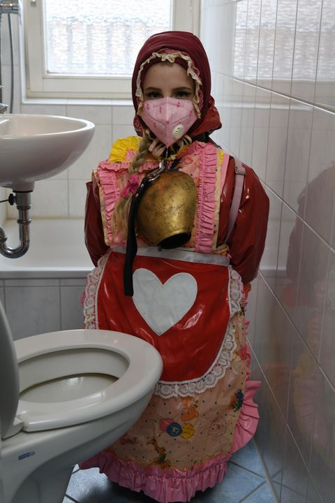 Ragazza tedesca in burqa di gomma - maids in plastic clothes