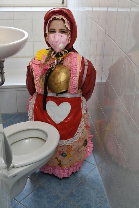Gabar Jarmal ah oo labis caag ah - maids in plastic clothes