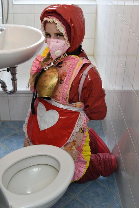 ក្មេងស្រីជនជាតិអាឡឺម៉ង់នៅប៊ឺហ្គូកា - maids in plastic clothes