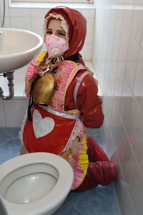 Tysk tjej i gummiburka - maids in plastic clothes