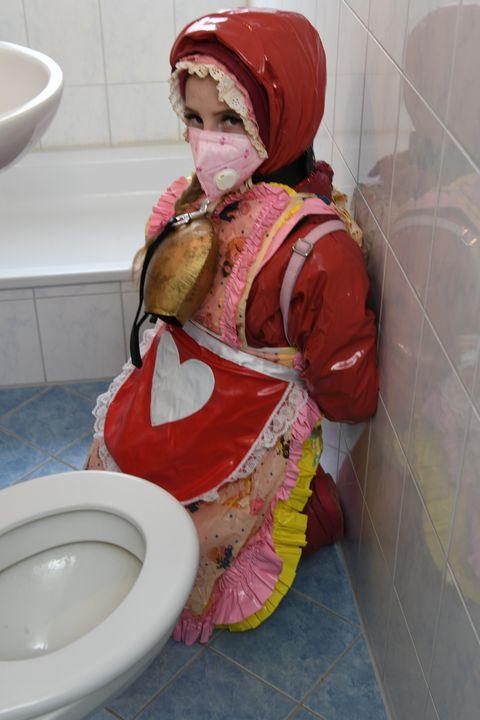 Tysk pige i gummiburka - maids in plastic clothes