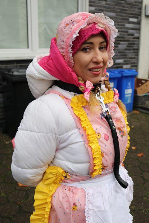 Gumminutte minjeta lächelt für Dich - maids in plastic clothes