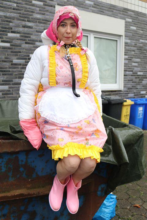 the intelligent maid minjeta - maids in plastic clothes