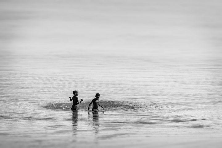 Children swimming - Pierre-Yves Babelon