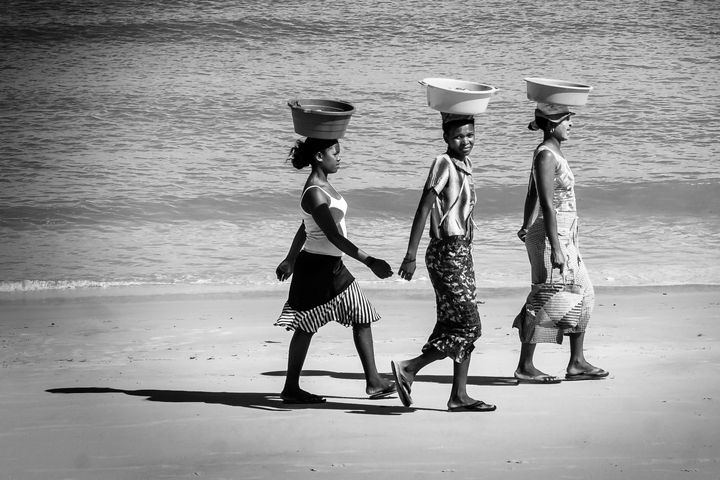 The 3 women on the beach - Pierre-Yves Babelon