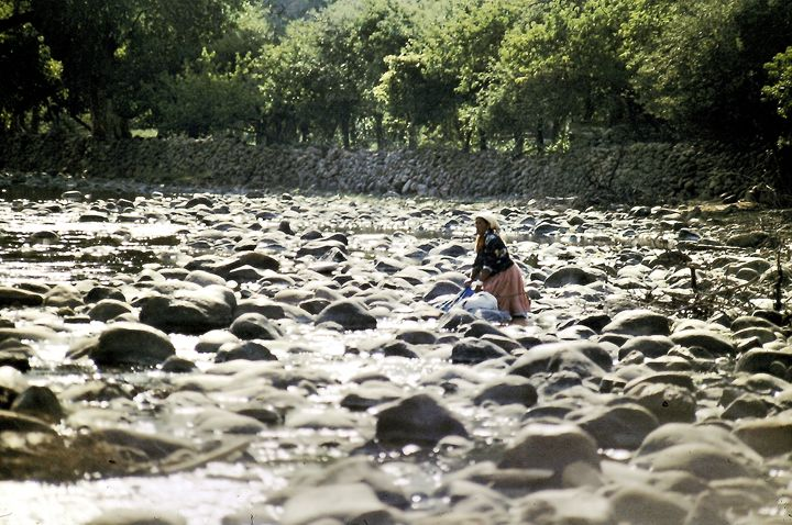 Washing Cloth on The River - SIERRA TARAHUMARA PICTURES