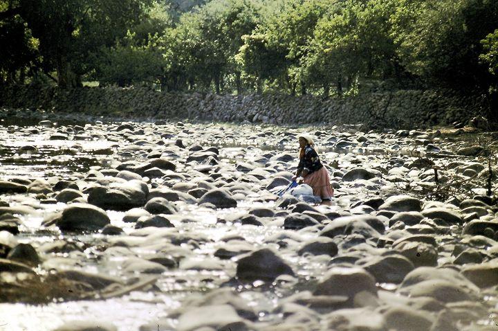Washing Cloth on The River - SIERRA TARAHUMARA PICTURES