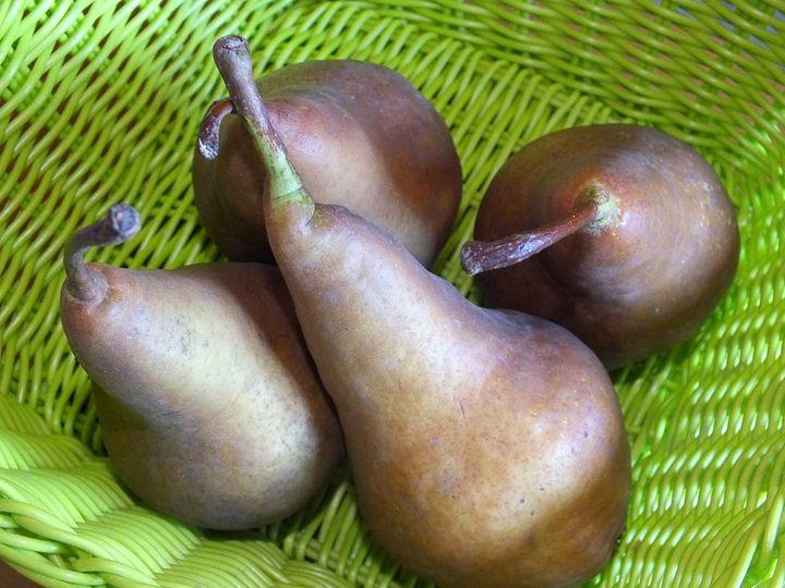 Pears in a green basket - Vanessa Schlachtaub Bruni