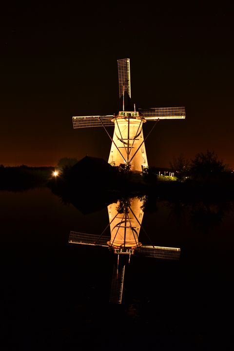 Windmill by night at Kinderdijk - Natarch