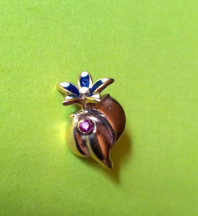 14K. gold flower pendant - JBiro