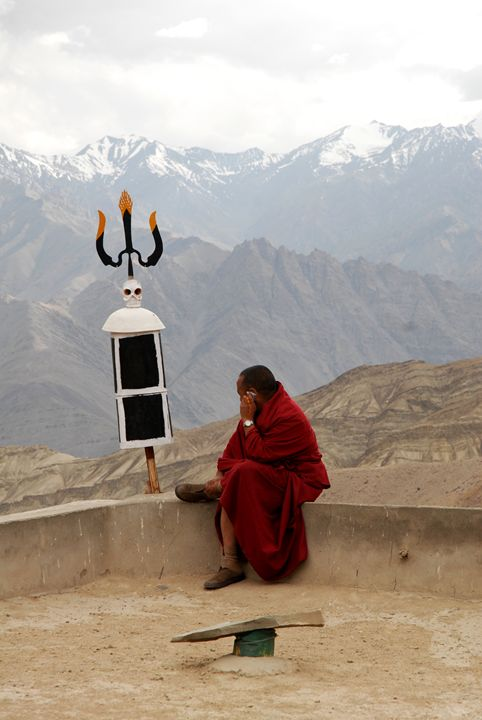 Buddhist monk staying connected - easywind