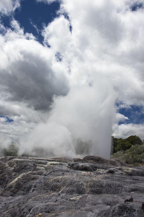 Pohutu Geyser erupting - BRISTE