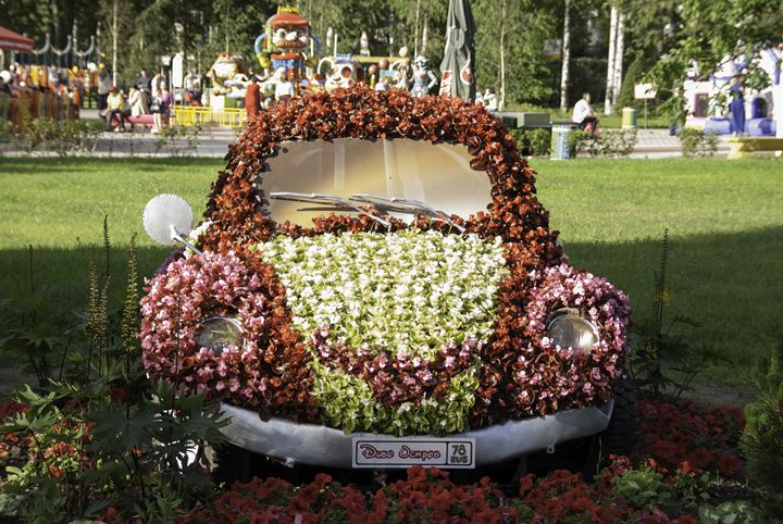 car decorated with flowers - rokkis