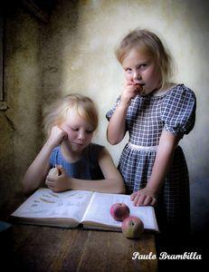 As meninas saboreando maçãs!