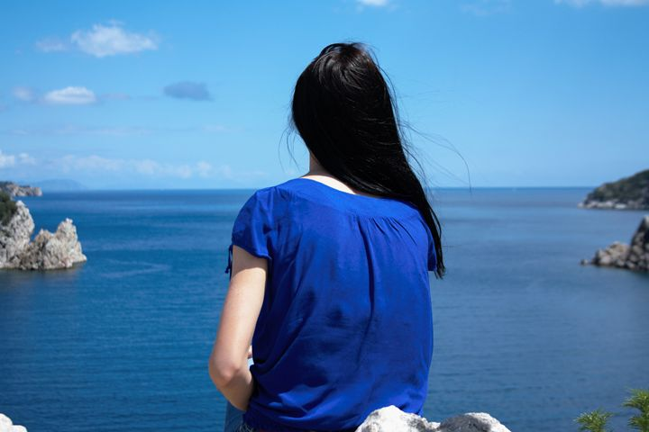 Girl looks at the sea - Roman Kriuchkov