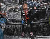 Enfant au soda sur un banc à Paris a
